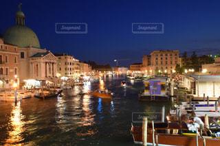 バック グラウンドで市と水の体中の小型船の写真・画像素材[808724]