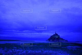 近くに青い水の中の雲のアップの写真・画像素材[808752]