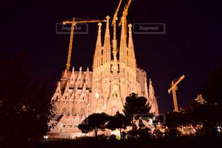 背の高い建物が夜ライトアップの写真・画像素材[808754]