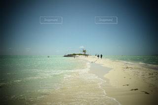 水の体の横にある砂浜のビーチの写真・画像素材[808785]