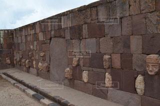 レンガの壁に署名している石造りの建物の写真・画像素材[808786]