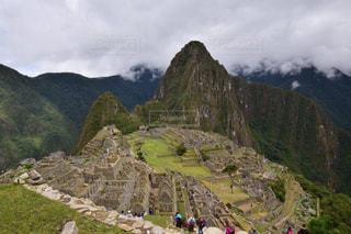 岩が多い丘の上の人々 のグループの写真・画像素材[808798]