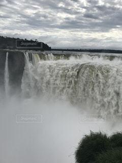いくつかの水の上の大きな滝の写真・画像素材[808805]