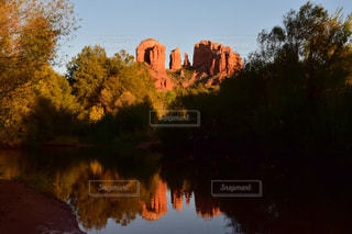 水の体に沈む夕日の写真・画像素材[808816]