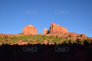 背景の大きな山の写真・画像素材[808819]