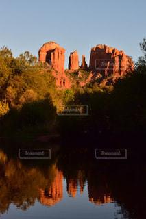 バック グラウンドでカテドラル ロックと水体に沈む夕日の写真・画像素材[1004751]