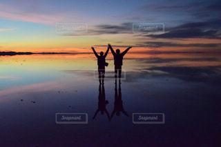 水の体に沈む夕日の写真・画像素材[1268875]