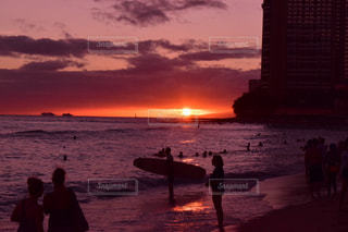 日没の前にビーチを歩いている人のグループの写真・画像素材[1268885]