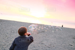 水の体の横に立っている人の写真・画像素材[1007035]