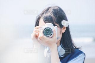 カメラを持って女性の写真・画像素材[1108894]