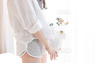 白いドレスを着ている人の写真・画像素材[1148874]