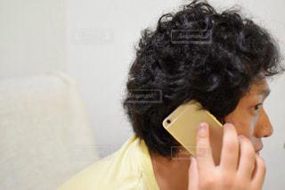 携帯電話で話す人の写真・画像素材[756440]