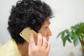 電話を取る男性の写真・画像素材[756443]