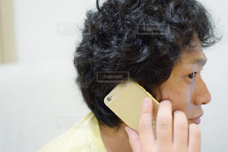 携帯電話で通話中の男性の写真・画像素材[756462]