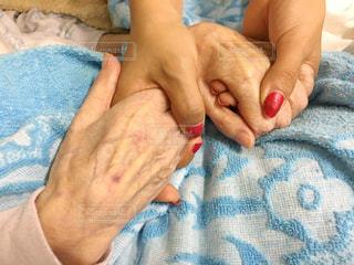 青い毛布を握っている手の写真・画像素材[759343]