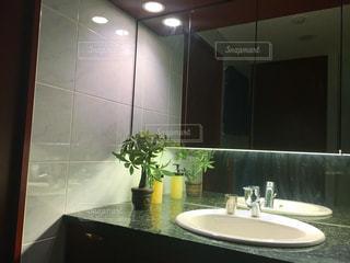 洗面台と鏡付きのバスルームの写真・画像素材[801002]