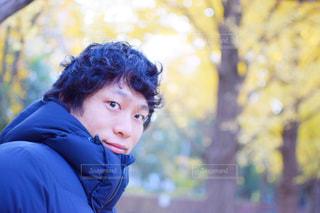 青いシャツを着た少年の写真・画像素材[897932]