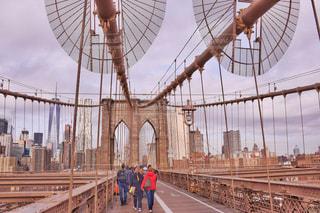 橋の上を歩く人々 のグループ - No.997379