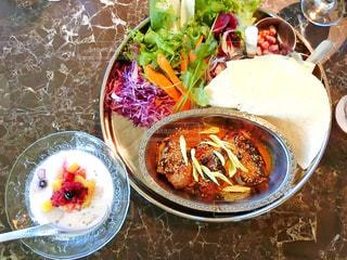 テーブルの上に食べ物のボウル - No.1036425