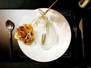 ワインのグラスとプレートの写真・画像素材[1036544]