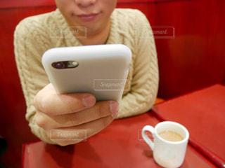 一杯のコーヒーをテーブルに着席した人 - No.1059981