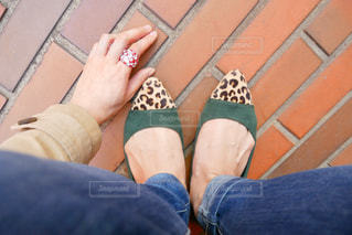 女性の足元と手元の写真・画像素材[1151704]