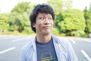 青いシャツを着た男性の写真・画像素材[1267217]