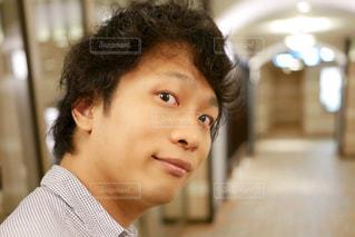 近くで振り返った男性の表情の写真・画像素材[1270355]