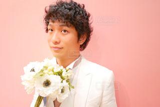 花を保持しているスーツを着て男の写真・画像素材[1367615]