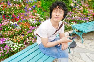 ベンチに座っている男性の写真・画像素材[1367631]