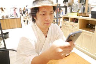 花火大会前に、浴衣を着ながらスマホを操作する男性の写真・画像素材[1424071]