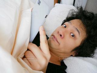 ベッドの上で横になっている男性の写真・画像素材[1622025]