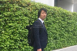 スーツとネクタイ、庭に立って身に着けている男の写真・画像素材[1655184]