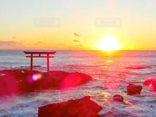 水の体に沈む夕日の写真・画像素材[1727639]