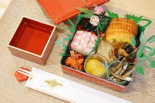 テーブルの上に置いてあるおせち料理の写真・画像素材[1728703]