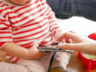 赤ん坊を抱く人の写真・画像素材[2283344]