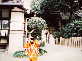 建物の前に立っている人の写真・画像素材[867639]