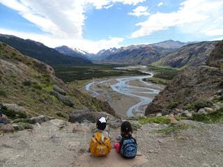 子ども,風景,空,雲,後ろ姿,川,山,女の子,背中,人,後姿,旅行,少年,男の子,リュック,南米,アルゼンチン,パタゴニア,エルチャルテン