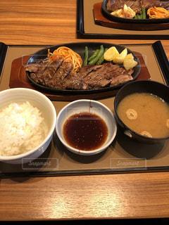 テーブルの上に食べ物のプレートの写真・画像素材[1646211]