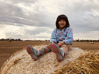 空,秋,麦畑,女の子,麦,畑,農場,秋空,藁,枯れ穂