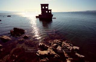 水の体に浮かぶボートの写真・画像素材[882002]