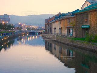 水の体の上の橋の写真・画像素材[1249598]