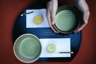 テーブルの上の抹茶と御茶菓子の写真・画像素材[2925346]