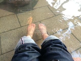 近くに青と赤の靴を履いて足のアップ - No.760381