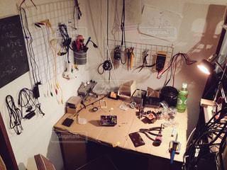 テーブル上のコンピューターと雑然としたデスク - No.820454