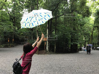 傘を持って雨の中でカイトを飛行少女の写真・画像素材[820476]