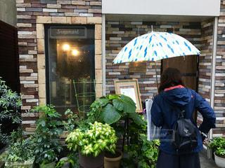 緑色の傘を持つ人の像 - No.821190