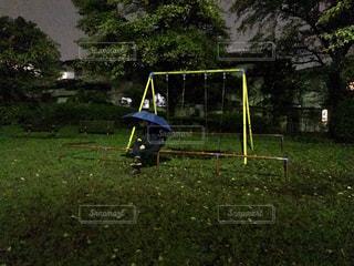 雨の降る公園で 独り - No.827695