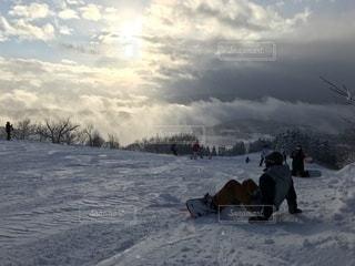 雪をスノーボードに乗る男覆われた斜面 - No.929107
