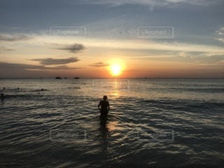 水の体に沈む夕日 - No.972598